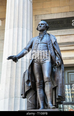 George Washington statue in front of the Federal Hall National Memorial, 26 Wall Street, New York, New York State, United States of America.  The bron - Stock Photo