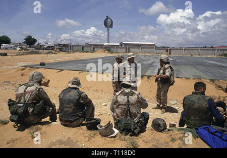 29th October 1993 A group of U.S. Army soldiers waiting to fly out at the helicopter pad in the UNOSOM headquarters compound in Mogadishu, Somalia. - Stock Photo