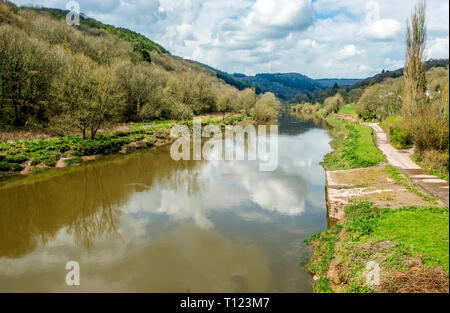 The River Wye looking north from Bigsweir Bridge in the Wye Valley AONB. Here the river forms the border between Wales and England. - Stock Photo