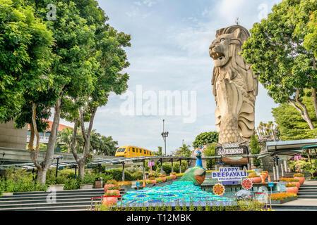 Sentosa Merlion Statue with colourful Deepavali decoration, Sentosa Island, Singapore | Sentosa Merlion Statue mit bunter Deepavali Dekoration, Insel  - Stock Photo