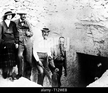 Lady Evelyn Herbert, Lord Carnarvon,  Howard Carter and Arthur Callender at Tutankhamun's Tomb entrance, Novembe - Stock Photo