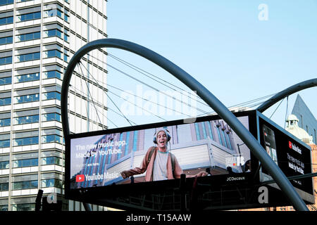 Electronic advert screen at Old Street roundabout In London EC1 England UK  KATHY DEWITT - Stock Photo