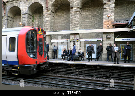Overground underground tube train approaching Barbican Station platform with passengers waiting to board the carriage London England UK KATHY DEWITT - Stock Photo