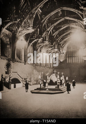 King George V, who died Monday 20th January 1936 in Sandringham, lies in state in Westminster Hall on the catafalque  guarded, around the clock, by detachments, each of four soldiers, standing at each corner with heads bowed and weapons inverted; their backs are turned towards the coffin. - Stock Photo