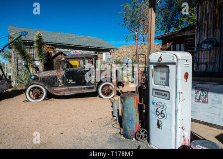 USA, ARIZONA. historic gas pump and vintage Ford car in Hackberry General Store on Route 66 - Stock Photo