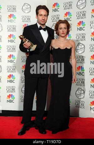 LOS ANGELES, CA - January 18, 1998: 'X-Files' stars DAVID DUCHOVNY & GILLIAN ANDERSON at the Golden Globe Awards where their show won Best TV Drama Series. - Stock Photo