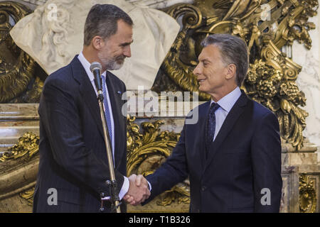 Buenos Aires, Federal Capital, Argentina. 25th Mar, 2019. The King and Queen of Spain, Felipe VI and Letizia Ortiz, arrived on the night of March 24, in Buenos Aires as part of the State visit to Argentina.As expected, the official activities of the monarchs began on Monday, March 25 with a bulky agenda of activities.In the morning, a meeting at the Casa Rosada with President Mauricio Macri and the First Lady, Juliana Awada.The kings arrived at the seat of government where they received honors with the military guard. After taking the official photo in the White Room, Macri and Felipe VI - Stock Photo