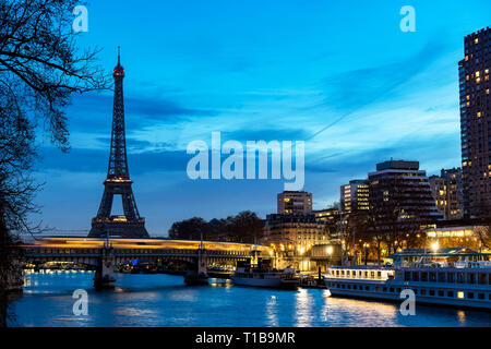 Train traffic on Pont Rouelle and Eiffel tower at dawn - Paris - Stock Photo