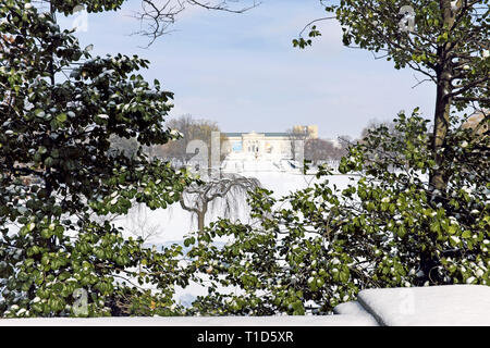 The Cleveland Museum of Art south entrance and Wade Park in front of it are shrouded in a snowy landscape in Cleveland, Ohio, USA. - Stock Photo