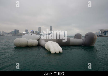 Hong Kong, China. 26th Mar, 2019. March 26, 2019 - Hong Kong, China - The KAWS:HOLIDAY installation is seen on display in Hong Kong's Victoria Harbor. The KAWS:Holiday enlarged structure by American artist Brian Donnelly, also known as KAWS, will be on display until March 31, 2019. Credit: Christopher Jue/ZUMA Wire/Alamy Live News - Stock Photo