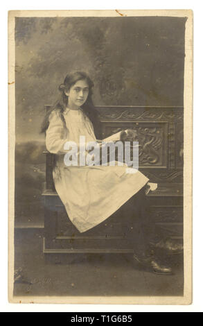 Edwardian studo portrait of pretty young girl, teenage years, from studios of J. Holloway, 32 Cambray Place, Cheltenham, Gloucester, U.K. circa 1910-1914 - Stock Photo