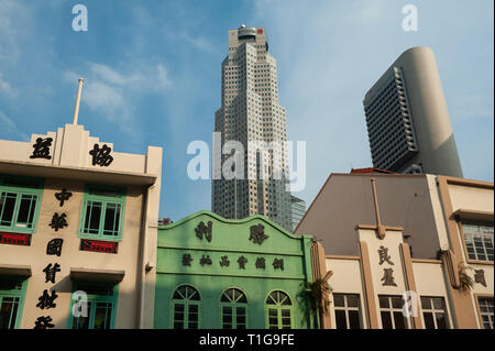 08.03.2019, Singapore, Singapore, Singapore - Old buildings along the South Bridge Road with modern skyscrapers of the business district in the backgr - Stock Photo