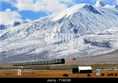 Beijing, China's Tibet Autonomous Region. 28th Sep, 2014. A train is going on the Nagqu section of Qinghai-Tibet railway, southwest China's Tibet Autonomous Region, Sept. 28, 2014. Credit: Wang Song/Xinhua/Alamy Live News - Stock Photo