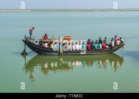 RAJMAHAL, BIHAR, INDIA.  Small ferryboat full of passengers  crossing between Rajmahal Bihar and Manikchak West Bengal - Stock Photo