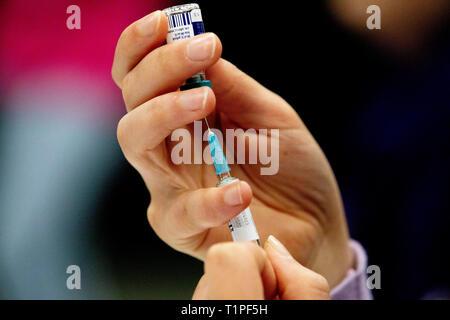 ROTTERDAM - Kinderen worden gevaccineerd tijdens een vaccinatiedag in Ahoy. Staatssecretaris Paul Blokhuis (Volksgezondheid) wil met een vaccinatie-al - Stock Photo