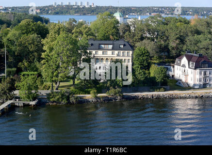 13 July 2018, Sweden, Stockholm: Houses are located on islands near the Swedish capital. Stockholm comprises 14 islands of a large archipelago in the Baltic Sea, connected by more than 50 bridges. Photo: Holger Hollemann/dpa - Stock Photo