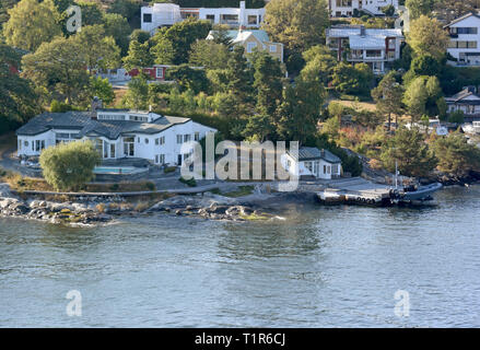 13 July 2018, Sweden, Stockholm: Houses and jetties are located on islands near the Swedish capital. Stockholm comprises 14 islands of a large archipelago in the Baltic Sea, connected by more than 50 bridges. Photo: Holger Hollemann/dpa - Stock Photo