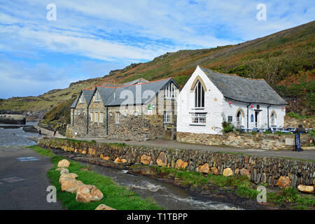 View of a pub and traditional stone cottages in the picturesque Cornish fishing village of Boscastle (England) - Stock Photo