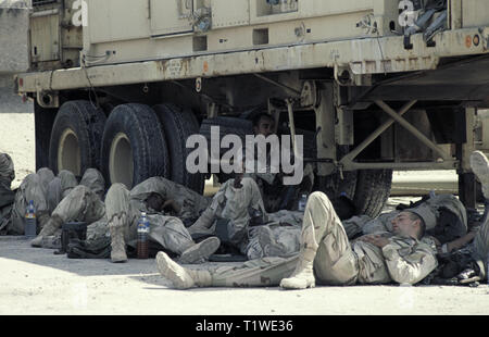 29th October 1993 U.S.Army soldiers of the 24th Infantry Division, 1st Battalion of the 64th Armored Regiment rest in the shade after having just arrived by ship in Mogadishu's new port in Somalia. - Stock Photo