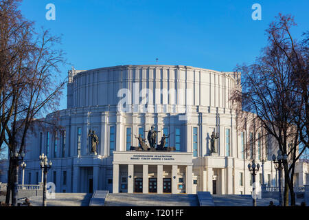 Europe, Belarus, Minsk, Trinity Suburb & Central Minsk, Grand Opera and Ballet Theatre of Belarus, statue of an opera singer - Stock Photo