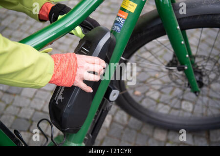 Stuttgart, Germany. 27th Mar, 2019. A woman removes the battery from her pedelec during safety training for pedelec drivers. Credit: Marijan Murat/dpa/Alamy Live News - Stock Photo