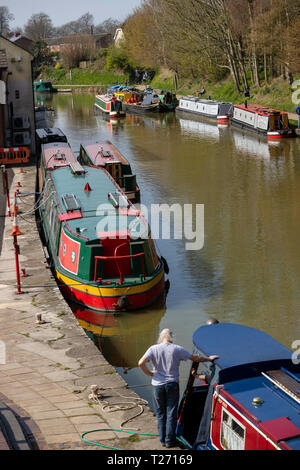 Kennet and Avon Canal, Devizes, Wiltshire, England, UK. March 30th 2019. Narrowboats and owners enjoying a sunny Spring day. Picture: Peter Titmuss/ Alamy News Live Credit: Peter Titmuss/Alamy Live News - Stock Photo