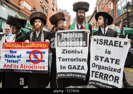 London, UK. 30th March, 2019. Orthodox Haredi Jews from Neturei Karta UK join pro-Palestinian campaigners at a Rally for Palestine outside the Israeli embassy to demand freedom, justice and equality for the Palestinian people. The rally was organised by Palestine Solidarity Campaign, Stop the War Coalition, Palestinian Forum in Britain, Friends of Al- Aqsa and Muslim Association of Britain. Credit: Mark Kerrison/Alamy Live News - Stock Photo