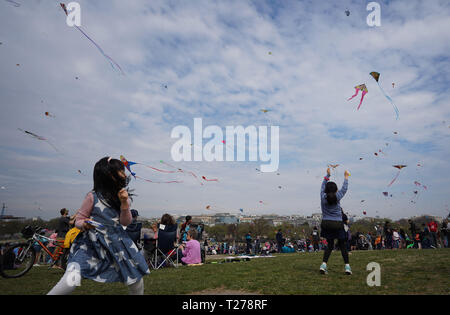 Washington, DC, USA. 30th Mar, 2019. People fly kites during the Cherry Blossom Kite Festival in Washington, DC, the United States, on March 30, 2019. The kite festival is one of the most anticipated events during the annual National Cherry Blossom Festival, held from March 20 to April 14. Credit: Liu Jie/Xinhua/Alamy Live News - Stock Photo