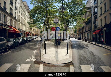 AJAXNETPHOTO. PARIS, FRANCE. - LEAFY STREETS - JUNCTION OF RUE RAVIN AND RUE BRÉA IN 6TH ARRONDISEMENT FROM RUE NOTRE DAME DES CHAMPS. PHOTO:JONATHAN EASTLAND/AJAX REF:R120906_2330 - Stock Photo