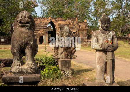 Cambodia, Kampong (Kompong) Cham, Banteay Prei Nokor, ancient Khmer era sculptures at gateway through ancient stone walls of historic Wat Nokor temple - Stock Photo