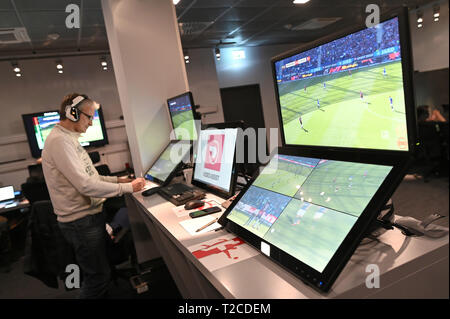 31 March 2019, North Rhine-Westphalia, Köln: Football Bundesliga - video evidence, visit to the Video Assist Center during live football Bundesliga coverage. VA Coach Rainer Werthmann follows the game on the screens. Photo: Henning Kaiser/dpa - Stock Photo
