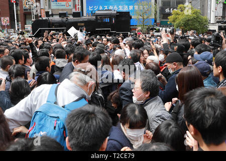 Tokyo, Japan. 01st Apr, 2019. People scramble for newspapers about the announcement of 'Reiwa' as the name of Japan's new era in Shinbashi of Tokyo, Japan, April 1, 2019. The Japanese government announced Monday that 'Reiwa' will be the name of Japan's new era to start on May 1, when Crown Prince Naruhito ascends the Chrysanthemum throne succeeding his father Emperor Akihito. Credit: Xinhua/Alamy Live News - Stock Photo