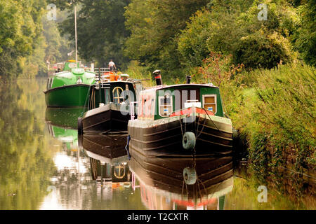 Narrow-boats moored beside the Kennet and Avon canal. - Stock Photo