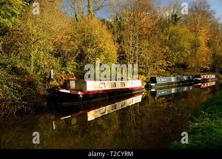 Narrow-boat reflections in the Kennet and Avon canal at Murhill wharf. - Stock Photo