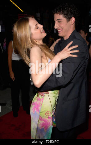 LOS ANGELES, CA. July 20, 2000: Actress MENA SUVARI & actor JASON BIGGS at the world premiere, in Los Angeles, of their new movie Loser. Picture: Paul Smith/Featureflash - Stock Photo