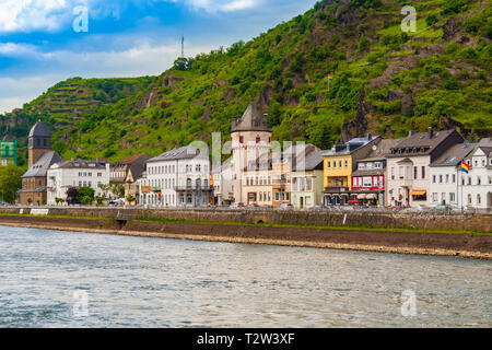 Great townscape view of the town Sankt Goarshausen on the eastern shore of the Rhine River in the German state Rhineland-Palatinate. The medieval... - Stock Photo