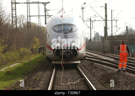 05 April 2019, North Rhine-Westphalia, Düsseldorf: An ICE of the Deutsche Bahn stands near the main station after the overhead line has been torn down. Evacuate the train. Photo: David Young/dpa - Stock Photo