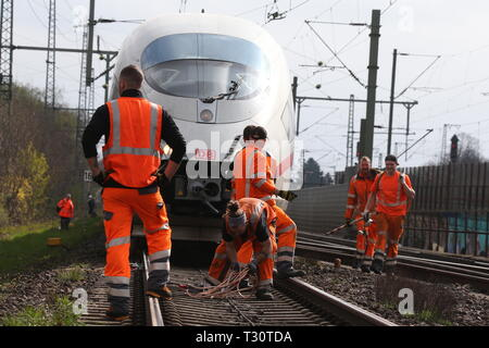 05 April 2019, North Rhine-Westphalia, Düsseldorf: A Deutsche Bahn ICE train is standing near the main station after the overhead line has been torn down, and Bahn employees are preparing for the evacuation. Photo: David Young/dpa - Stock Photo