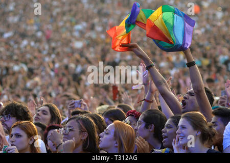 Sao Paulo, Brazil. 05th Apr, 2019. Public with LGBT banner in the show of The 1975 that presented/displayed in the festival Lollapalooza 2019, (PHOTO: LEVI BIANCO/BRAZIL PHOTO PRESS) Credit: Brazil Photo Press/Alamy Live News - Stock Photo