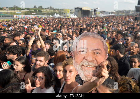 Sao Paulo, Brazil. 05th Apr, 2019. mask of former president Luiz Inácio Lula da Silva in the festival Lollapalooza 2019, (PHOTO: LEVI BIANCO/BRAZIL PHOTO PRESS) Credit: Brazil Photo Press/Alamy Live News - Stock Photo