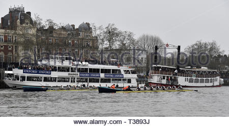 London, UK. 7th Apr 2019.  The Mens Boat Race Oxford University (dark Blue) Vs Cambridge (light blue) on The River Thames London UK between Putney and Mortlake. The crews on the start line Credit: Leo Mason DANCE Photos/Alamy Live News - Stock Photo