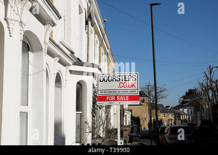 For sale sign outside a house in a row of terraced houses on Pulross Road in Brixton, South London SW9 England UK   KATHY DEWITT - Stock Photo