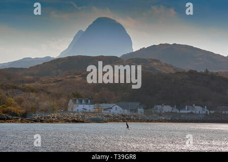 LOCHINVER SUTHERLAND SCOTLAND SUILVEN CLOUDS OVER THE MOUNTAIN AND THE DOME OF CAISTEAL LIATH LOOMS OVER THE HOUSES OF THE VILLAGE - Stock Photo