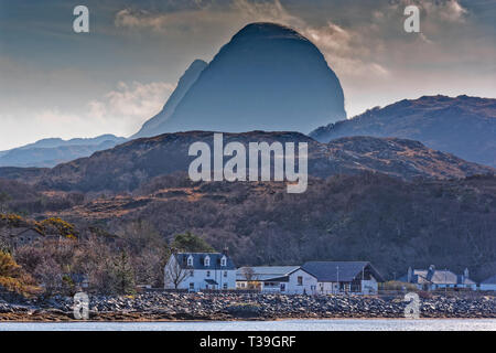 LOCHINVER SUTHERLAND SCOTLAND SUILVEN CLOUDS OVER THE MOUNTAIN AND THE DOME OF CAISTEAL LIATH TOWERS OVER THE HOUSES OF THE TOWN - Stock Photo