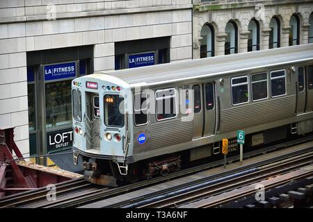 Chicago, Illinois, USA. A CTA Brown Line elevated rapid transit train progressing on its route above Wabash Avenue in the Chicago Loop. - Stock Photo