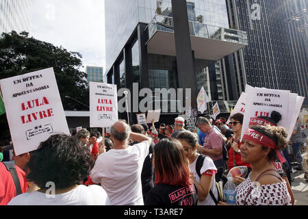 April 7, 2019 - SãO Paulo, São Paulo, Brazil - São Paulo (SP), 07/04/2019 - BRAZIL-POLITICS-CORRUPTION-LULA-DEMO - Supporters of Brazilian former President Luiz Inacio Lula da Silva take part in a demo marking one year of his arrest, at Paulista Avenue, in Sao Paulo, Brazil on April 07, 2019. - Lula da Silva is serving a 12-year imprisonment sentence on corruption charges. Credit: Cris Faga/ZUMA Wire/Alamy Live News - Stock Photo