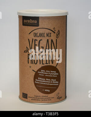 Leipzig, Germany. 24th Mar, 2019. One can (400 g) 'Organic Mix - Vegan Protein' with peas, rice, pumpkin, sunflower, hemp cocoa from Purasana Superfoods Rawster Foods GmbH. Credit: Peter Endig/dpa-Zentralbild/ZB/dpa/Alamy Live News - Stock Photo
