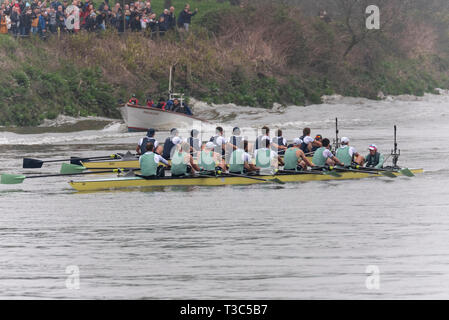 Oxford v Cambridge at the 2019 University Boat Race racing towards the finish line Mortlake, London, UK. The boat race rowing teams on River Thames - Stock Photo