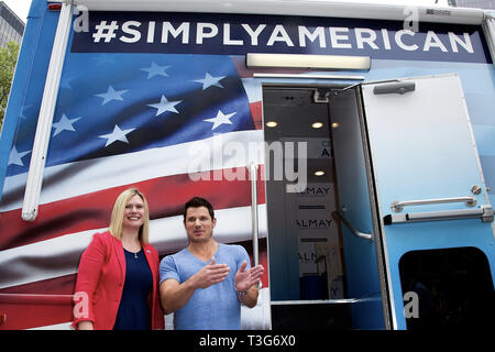 New York, USA. 15 May, 2015.  USO of Metropolitan New York's Jessica McAndrews, and, Nick Lachey at Almay's Simply American Experience at Flatiron Plaza on May 15, 2015 in New York, NY. Credit: Steve Mack/S.D. Mack Pictures/Alamy - Stock Photo
