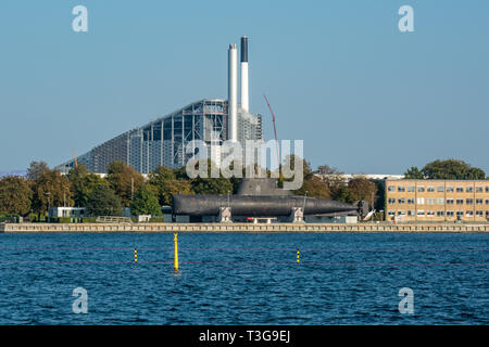 A view across the harbour of the Amager Bakke / Copenhill artificial ski slope and recreational hiking hill on top of a new resource handling centre. - Stock Photo